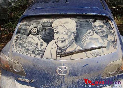 灰尘的艺术:看牛人怎样在汽车后风挡上作画
