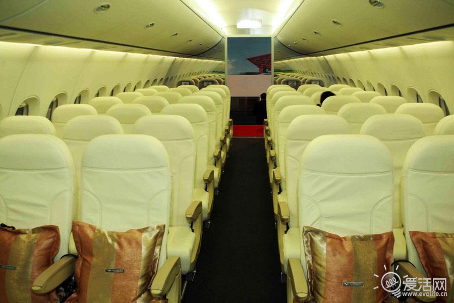 经济舱中间的座椅宽度为18.5英寸,较现役单通道飞机宽0.