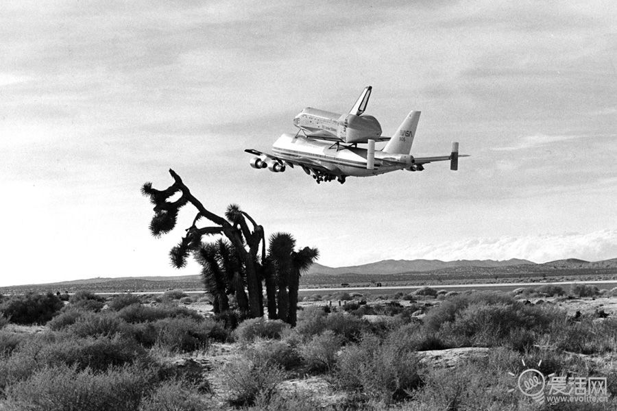 """—""""哥伦比亚""""号航天飞机飞离爱德华兹空军基地"""