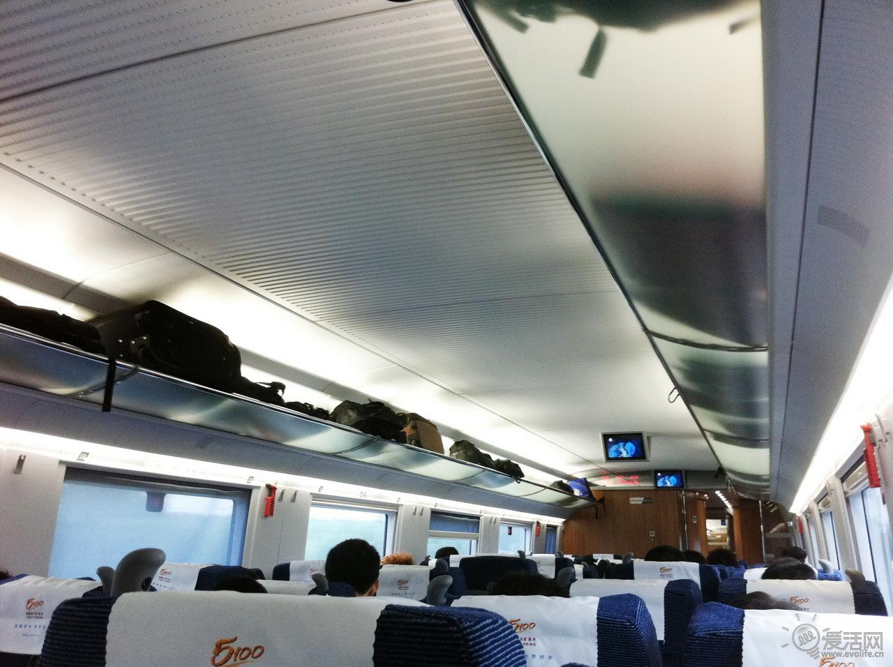 京沪高铁飞机陆空大对决 出行 自从京沪高铁宣称最快4小时抵达后,许多人就纷纷认为京沪飞机航线即将完蛋——从去机场路程到机场安检、登机、起飞,所有时间加在一起,肯定比铁路多许多。究竟是否如此?我们进行了真实的测试。  爱活小编预定的MU5110航班原定于中午12点从首都机场T2航站楼起飞。我们10点45分从三元桥搭乘机场快线,在缴纳25元票价、经历20分钟后抵达首都机场T2航站楼。此时已经11点05分。接下来通过排队托运等动作,终于在11点20分完成所有安检托运,抵达候机室。  此时