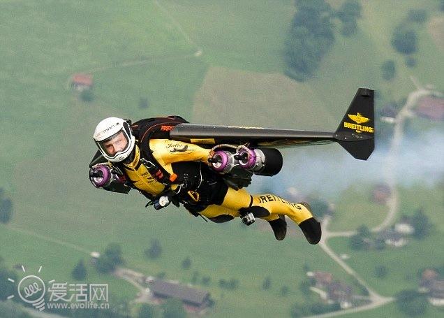 道格拉斯型客机_鸟语梦飞翔 国外冒险家驾驶Jetman单人飞行器与客机伴飞_爱活网 ...