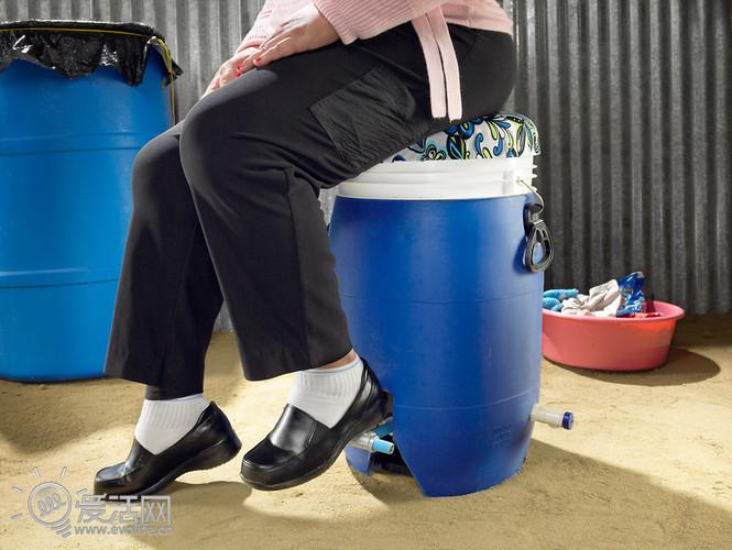 洗衣机那样,只不过这个蓝色的水桶需要你坐在上面