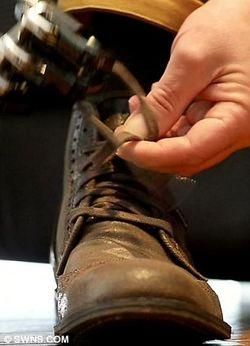 英国男子安装世界最牛机械仿生手臂 可以自己系鞋带