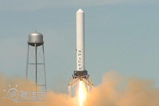 自诞生以来,火箭都是一次性用品,所以我们的航天探索工作成本才会那么的高昂。美国私人太空公司SpaceX觉得这实在是太浪费了,于是他们开发出了可回收再利用的蚱蜢号(Grasshopper)火箭,项目的目的便是令该火箭在助推之后能够安全回收并重复使用,这对节省设备开支是相当有意义的。 那么,可重复使用的火箭是怎么工作的呢?难道像放鞭炮一样弄顶降落伞给它戴上?昨天,蚱蜢号再次进行了试发射,推进高度又有了新纪录,看完下面的视频你就明白了:  这次试飞是蚱蜢号的第五次试飞,相较上一次263英尺的升空高度,本次蚱蜢号