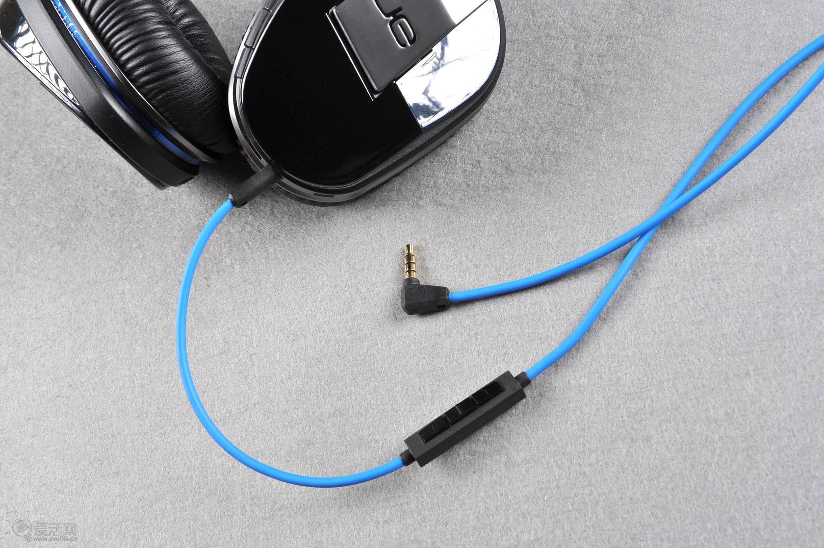 蓝牙开关同时也是耳放开关 罗技UE9000自带耳放和主动降噪,蓝牙电源的Power键同时也是耳放和降噪开关。在蓝牙无线模式下,耳机自带会开启耳放和主动降噪,前端设备的推力几乎可以无视,耳机自带的耳放就够了;而在有线模式下,打开蓝牙电源开关虽然不会启动蓝牙,但却能开启耳放和降噪,如果觉得播放设备不给力推不动UE9000,将耳放打开后你瞬间就能感受到丰沛的能量。     在不打开耳放和降噪的环境下UE9000不是很容易推动,无论在iPod、手机或电脑上都需要将音量调高到75%以上才能获得较佳听感,同时声场也比