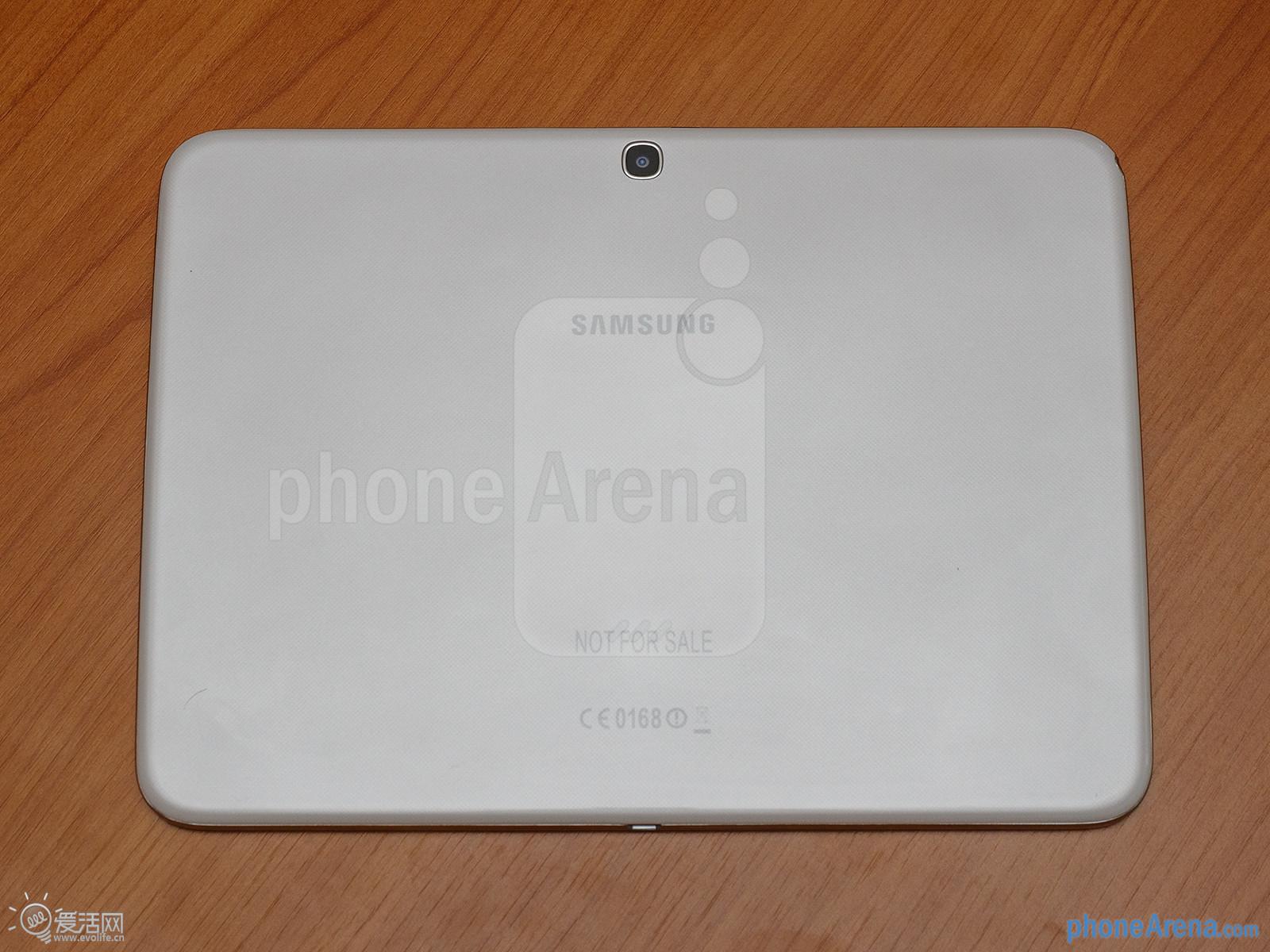 """三星在发布旗下首款采用英特尔处理器的Galaxy Tab 3 10.1平板后,国外媒体第一时间奉上了简单上手体验,或对预备购买平板的用户有一定的借鉴意义,毕竟其中的Intel Atom处理器颇有引人注目的意味——这是""""Intel Inside""""首次出现在主流安卓设备里,我们来看看英特尔的表现。   摆在面前的这台Galaxy Tab 3并非最终版设备,但在握持方面已经有着不错的体验。此平板仅重510g,而且薄度也达到了8mm,虽然仍为万年不变的大塑料,但拿在"""