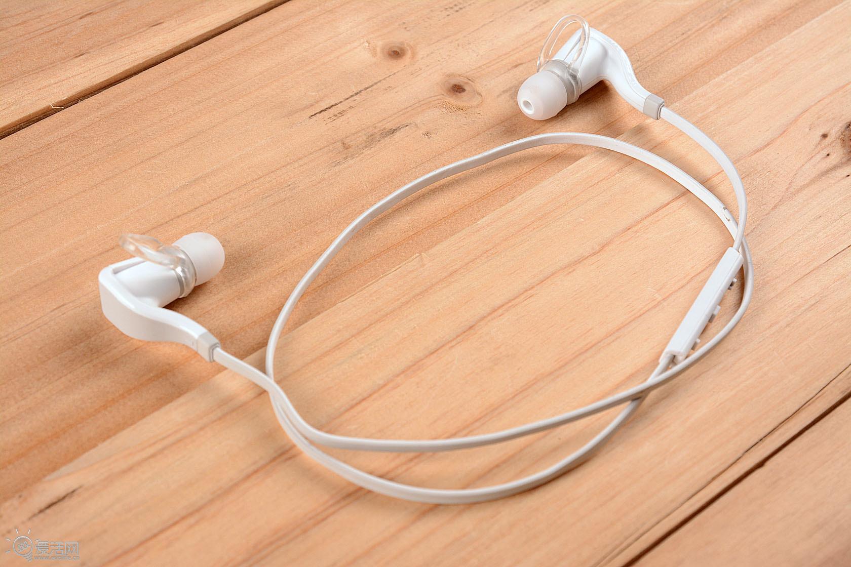 """缤特力不久前发布了一款左右声道串联的蓝牙耳机Backbeat Go 2,继承了前代Backbeat Go那打破成规的设计,一改以往蓝牙耳机头戴大体积的风格,小巧到就如同我们平常所佩戴的入耳式耳机一样。确实,Backbeat Go 2简单到只有一根""""面条""""的设计看上去没有丝毫多余,甚至当第一眼见到它时,有网友问它是如何进行充电的呢?所有的答案只可能藏在两边那不起眼的腔体里吧。  小腔体内藏乾坤 Backbeat Go 2的配件非常简单,硕大的包装盒里只有两对耳套、micro USB线"""