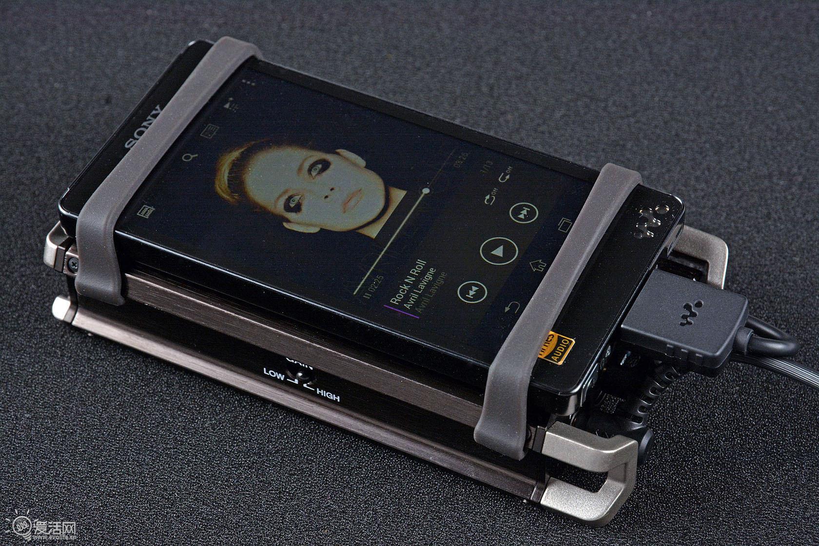 助力其他设备 素质因前端而异 Walkman党可能会不高兴了,作为本家产品,PHA-1居然不支持Walkman数字输入。最初曾尝试着使用WM-PORT转USB线连接F885与PHA-1,但发现依旧出不了声,可以猜测PHA-1从电路设计上就拒绝了Walkman数字输入。  因此我们只能使用WM-PORT转3.5mm连接线进行模拟输入了,此时只能使用PHA-1的耳机放大部分。所以通过实听就可以感受到,F885+PHA-1组合带有很明显的前端风格,继承了大部分F885自身的声音取向,只是经过了PHA-1的信号放