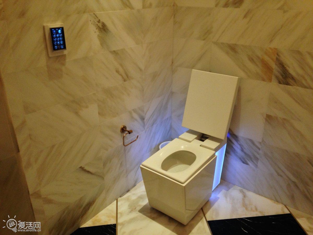 """售价超过6700美元的超豪华马桶坐起来是什么感觉?科勒Numi可以满足你的好奇,它是地球上最先进的马桶之一,自带了电加热坐垫、电加热脚垫、炫彩LED灯、智能冲洗系统,甚至还能播放音乐,所有操控完全通过触摸屏进行,你上厕所时甚至不需要用自己的手接触马桶,即可完成整套""""流程""""。  不使用的时候,科勒Numi看起来跟普通马桶没有什么区别,体积相当小巧  科勒Numi内置了多种传感器,能自动感应人体接近,并自动打开马桶盖,升起坐垫高度迎接你的光临  这个大的触控屏就是科勒Numi的操控终端"""