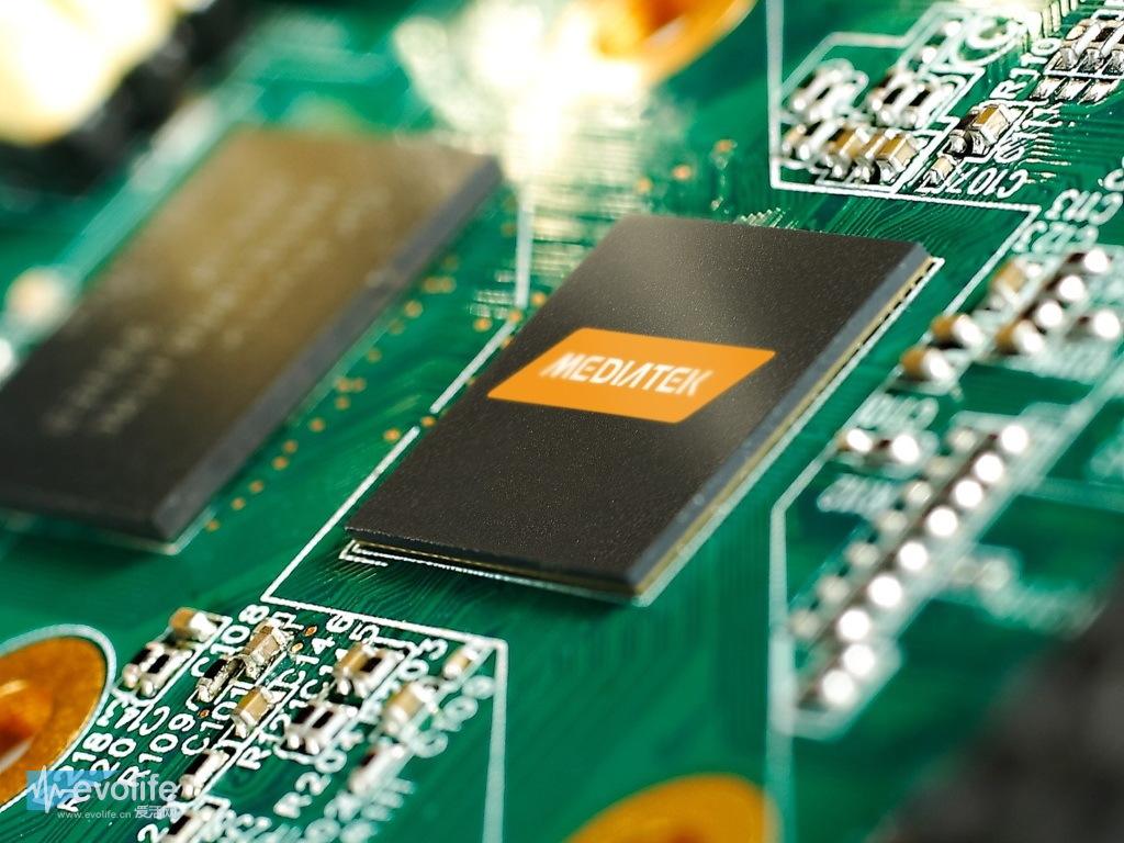 """眼下的4G市场几乎成为高通的""""独食"""",这一现状今天终于被打破了,联发科今天下午在深圳举行发布会,正式推出了旗下首款八核、4G处理器——MT6595。 联发科一直强调自家处理器是""""真八核"""",MT6595也不例外,它是全球首款搭载ARM Cortex-A17架构的移动SoC,拥有四个A17核心和四个A7核心,共同组成big."""