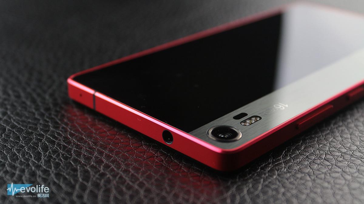 这两年手机行业的摄像头LED补光灯发展方向已经不像过去那样仅在提升亮度上那么弱智了,而是玩出了一些新花样。比较著名的就是iPhone 5s的双色温LED补光灯,苹果称之为True Tone:所谓的双色温,是指提供两种色温的LED补光灯,iPhone 5s的其中一个补光灯就是橙色的,系统能够在预闪以后判断当前场景的实际状况,适当加强红光比例,使最终照片颜色更自然。按照苹果的说法,这种补光灯可以根据感知到的环境在超过1000种闪光灯组合中实时选取一种,得到比较满意的闪光效果。  (iPhone 5s可以算是手