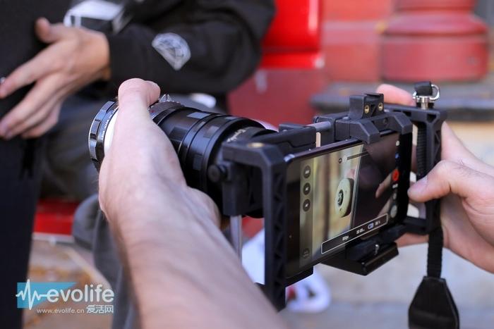 用手机拍过这么多照片,想不想把自己的iPhone 6变成一台真正的大炮?你需要下面这个东东——Beastgrip Pro手机摄影扩展架,它可以为你的手机装上各式各样的外置镜头,几分钟内从短枪变身为大炮。  2013年的时候,工程师兼摄影爱好者Vadym Chalenko在Kickstarter上发起了一个众筹,目标是为手机打造一套真正好用的摄影扩展架,Vadym Chalenko当场就筹集到了4万美元,最终结果就是Beastgrip Pro的诞生,它很可能是目前最好用的手机摄影扩展