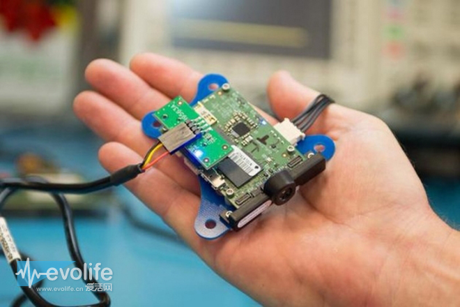 电路板大小被压缩到了58x40mm,面向无人机和机器人应用开发,并且采用