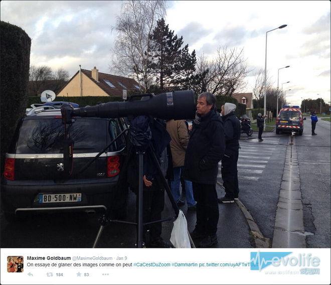 为了拍清楚恐怖份子的脸 法国记者抗出了真正的大炮