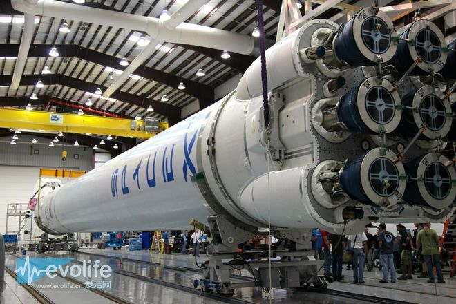 SpaceX创造航天历史 成功发射卫星并实现火箭着陆回收
